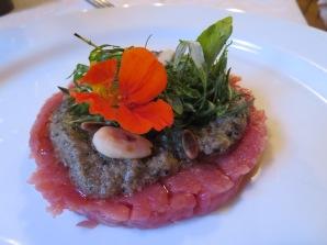 Carne cruda di Fassone con pesto di tartufo nero estivo